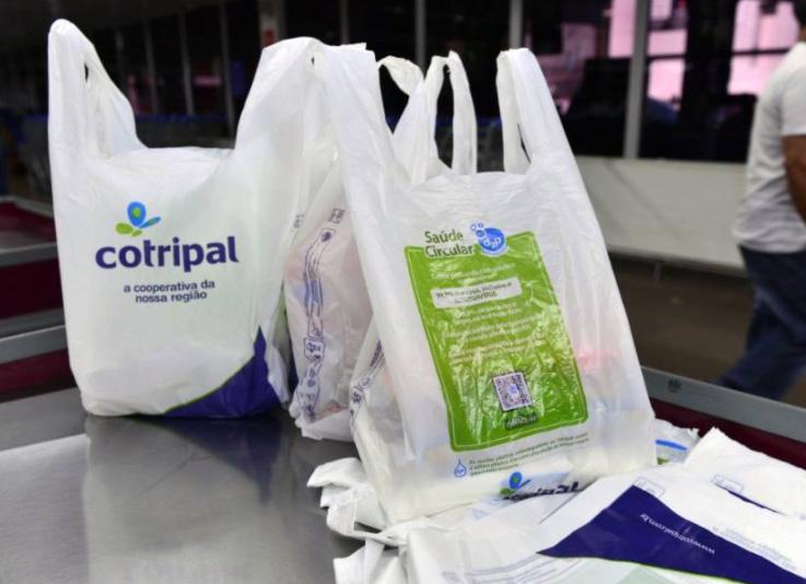 Sacolas da Cotripal: aditivos antimicrobiano e biodegradável conquistam os consumidores.